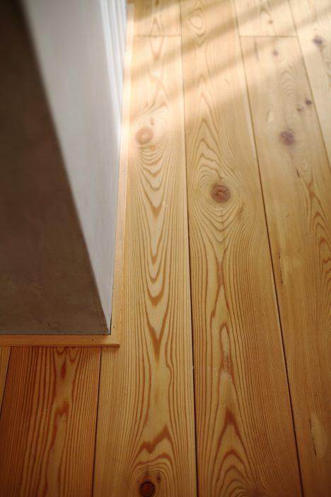 パイン無垢床材とお洒落な造作壁